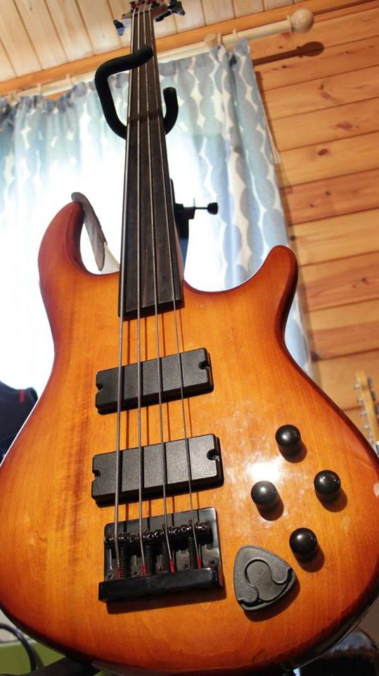 Dean Edge Pro fretless bass
